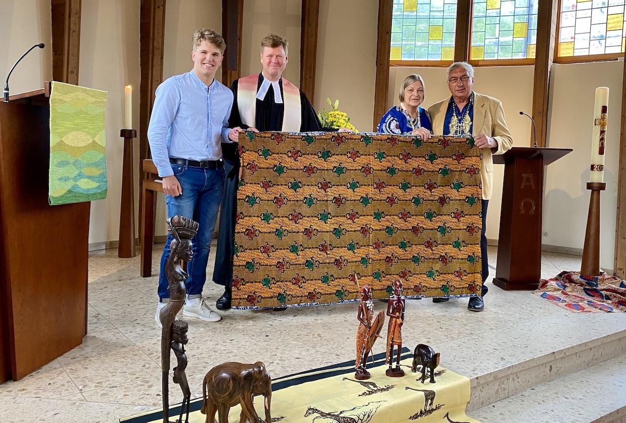 Beim Partnerschaftsgottesdienst in der Nazarethkirche Twist mit Übergabe eines traditionellen Geschenks aus Hamai an die Kirchengemeinde in Twist. Von links: Pastor Thorsten Jacobs mit Sohn Mathis und Jacoba und Walter Schulz.