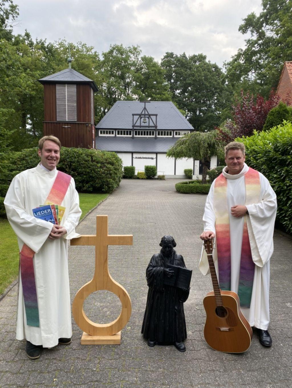 Ein gut eingespieltes Team geht nun beruflich voneinander getrennte Wege: Diakon Philip Krieger (links) und Pastor Thorsten Jacobs (rechts) vor der Dalumer Pauluskirche.